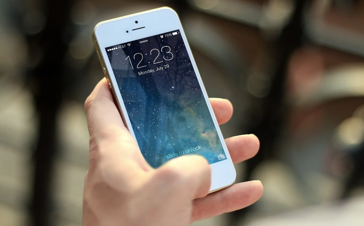 bílý telefon