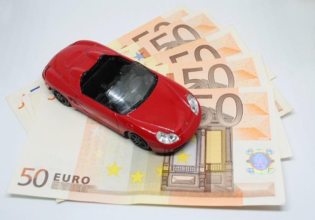 červené autíčko na bankovkách