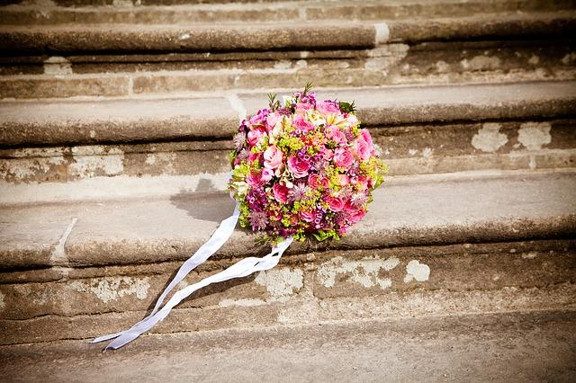 kytice na schodech